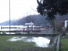 Der Hauptplatz mit einer Pfütze voll Rheinwasser